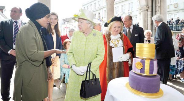 Astonishing Queen Elizabeth Celebrates Her 90Th Birthday Asharq Al Awsat Funny Birthday Cards Online Alyptdamsfinfo