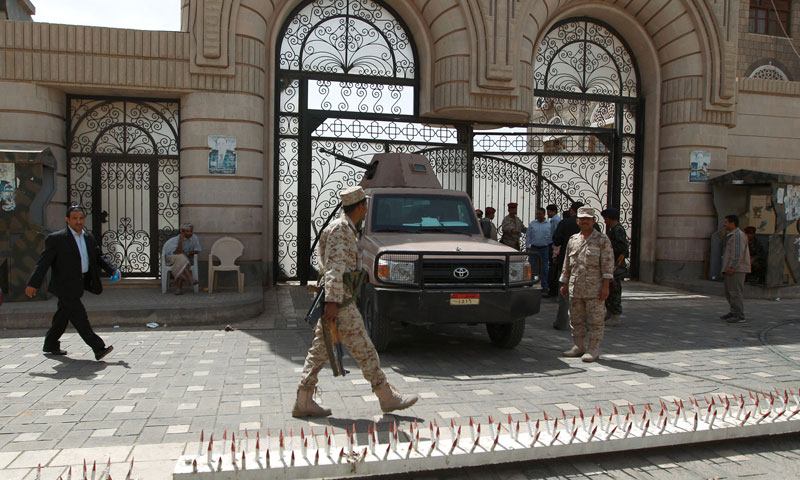 Yemeni soldiers stand guard outside the cabinet headquarters in Sanaa - (AfP)