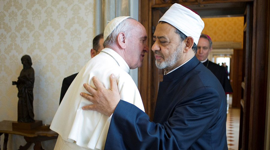 Pope Francis greets Sheikh Ahmed Mohamed el-Tayeb (R), Egyptian Imam of al-Azhar Mosque at the Vatican, May 23, 2016. © Osservatore Romano / Reuters