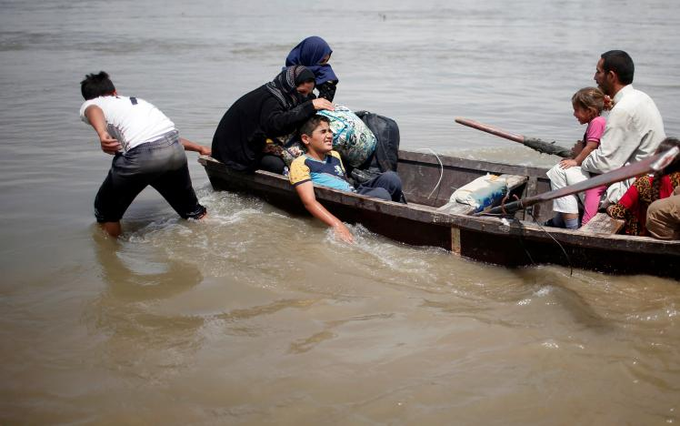 Mosul Residents Escape War in Boats after Flooding