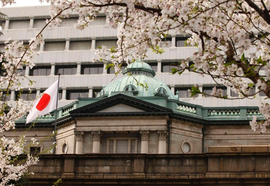 Cherry blossoms are in full bloom in front of the Bank of Japan headquarters in Tokyo April 10, 2012.