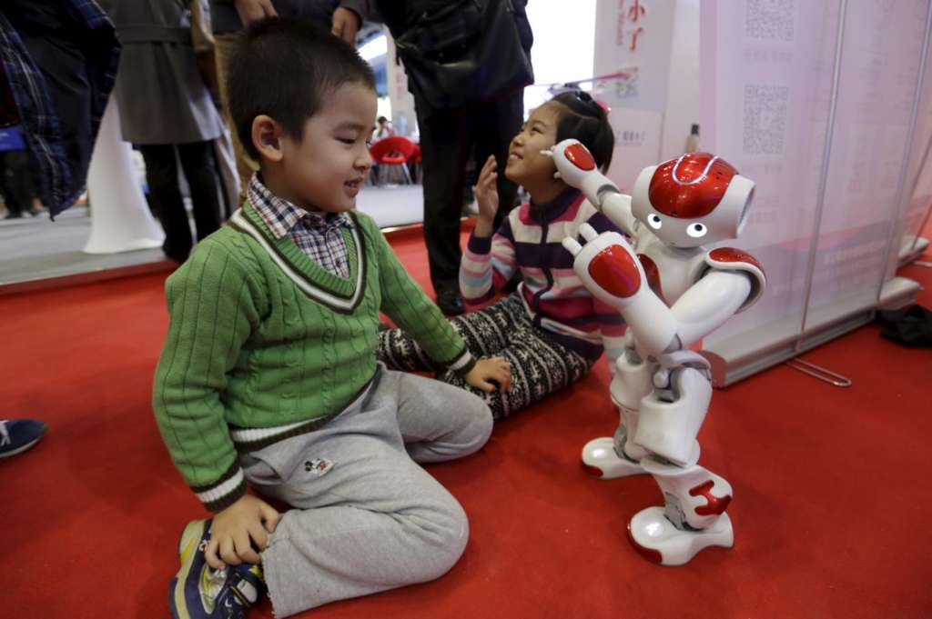Abu Dhabi Organizes Interactive Reading Session between Robots, Students